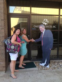 Flat Bobby greeting Oaktree Products employees! #OaktreeProps #June16