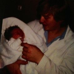 På denne dagen for 34 år siden kom det ei lita tulle til verden..(ikke det at hu va så liten på 4500gr 😂 ) Ei lita tulle me blåe øyne og svart hår 😊 Å den li
