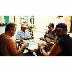 Los cubanos juegan dominó en la calle Camagüey.  #camagüey #cuba #dominó #calle #küba #photooftheday #señores #バックパッカー #キューバ by naomi_tomi
