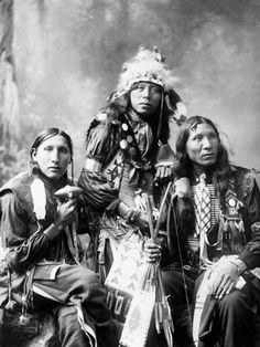 Portrait of three young Sioux men. Left to right; Poor Elk, Shout For and Eagle Shirt. Native American Photos, American Indian Art, Native American Tribes, Native American History, American Indians, American Crafts, Sioux Nation, Sioux Tribe, Photo Portrait