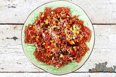 En asiatisk förrätt av Tommy Myllymäki från kokboken Myllymäki Kött / Vilt / Fågel. Enkelt och helt underbart gott !   400g oxfilé mittbiten 200g vattenmelon fintärnad 10cm gurka skalad och…