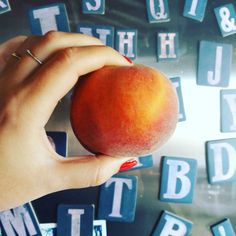 Para os aplicativos  gravidez é uma salada de frutas! E a dessa semana é pêssego.  Ó o seu tamanho filhote!  #14semanas #oimigssanchez
