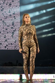 Beyonce is taking a stand and paying tribute to the lives of Alton Sterling and Philando Castile. Clevver has your look at her statement and her performance in Glasgow. Solange Knowles, Beyonce Knowles Carter, Beyonce And Jay Z, Beyonce Beyonce, Beyonce Style, Blue Ivy Carter, Divas, Mrs Carter, Stage Outfits