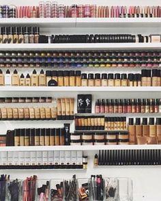 professionelles make up organizer aufbewahrung eine ganze wand Source by The post professionelles ma Make Up Tools, Professionelles Make Up, Mac Make Up, Make Up Organizer, Make Up Storage, Storage Ideas, Hanging Organizer, Cute Makeup, Beauty Makeup