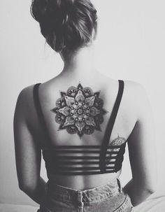 Idee tatouage une rosace dans le dos: