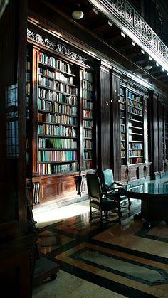 Biblioteca El Capitolio, Havana, Cuba, 2009, photograph by Dirk te Winkel. #Cuba #bibliotecasdecuba #bibliotecaspordentro