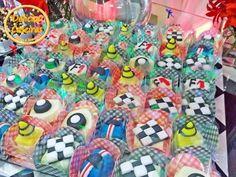 Docinhos modelados com massa de leite em pó para o tema de fórmula 1, carros, Hot Whells, capacetes, pneus, cones, bandeiras, símbolos...