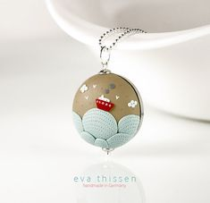 Red sails. Whimsical handmade polymer clay necklace. par EvaThissen