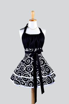 Etsy の Flirty Chic Apron Black and White Swirl by CreativeChics