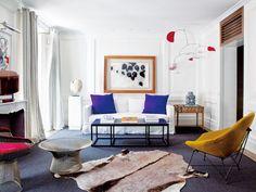 Salón con arte contemporáneo
