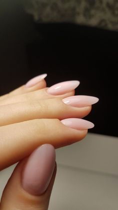 They allow to display a manicure impeccable during several weeks and to play with the form and the length of our nails. Pastel Pink Nails, Baby Pink Nails, Light Pink Nails, Pink Oval Nails, Short Oval Nails, Oval Nail Art, Short French Nails, Short Pink Nails, Blush Nails