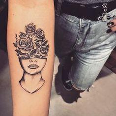 Tatuagem criada por Lucas Milk de Florianópolis. Metade do rosto com flores no lugar dos olhos e testa.