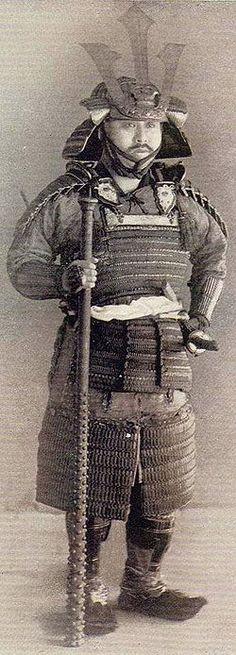 IMAGES OF OLD JAPANESE ARMOR | Samurai holding a kanabo-tetsubo.