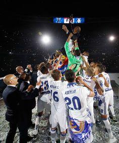 Fiesta de la Duodécima en el Santiago Bernabéu | fotos | Real Madrid CF Fotos Real Madrid, Real Madrid Captain, Real Madrid Wallpapers, Santiago Bernabeu, Cristiano Ronaldo, Asensio, Party Photos