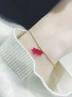 1939b56a56 Bracelet jolie chaîne dorée assortie d'un pendentif mini cochon fin. Joli  bijou doré pas cher pour cadeau