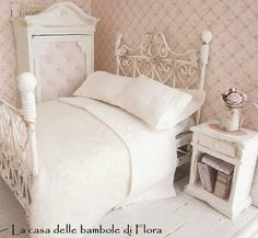 Romantic french shabby bed and bedding - dolls house dollhouse miniature Style Shabby Chic, Romantic Shabby Chic, My Doll House, Barbie House, Doll Houses, Doll Furniture, Dollhouse Furniture, Home Bedroom, Bedrooms