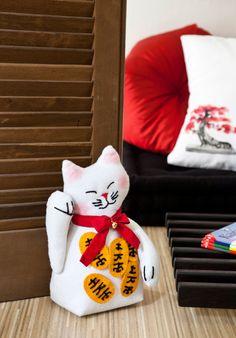 Artesã cria Manekineko de feltro para ser usado como peso de porta