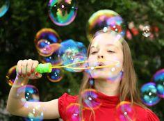 Sugen på stooora bubblor? Här är receptet på en supersnabb och billig bubbelsmet som görs av saker du redan har hemma.