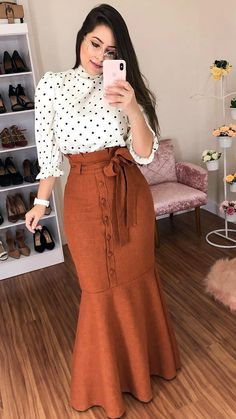 Cute polka dot shirt and long brown skirt Maxi Skirt Outfits, Modest Outfits, Classy Outfits, Stylish Outfits, Casual Dresses, Elegant Dresses, Sexy Dresses, Modest Wear, Summer Dresses