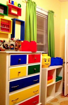 Do you have a Lego superfan at home? Get inspiration with these Lego themed bedroom ideas. Lego Theme Bedroom, Boys Lego Bedroom, Movie Bedroom, Boys Room Decor, Bedroom Themes, Boy Room, Bedroom Ideas, Boy Bedrooms, Playroom