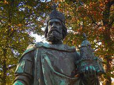 Charlemagne, Father of Europe, 748-814- CHARLEMAGNE 4) BIOGRAPHIE. 4.1 PROBLEMES RELATIFS A LA NAISSANCE: La date et le lieu de naissance de Charlemagne sont l'objet de controverses en raison de l'absence de renseignements concordants dans les documents d'époque.