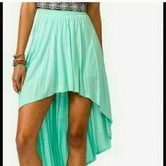 Green high-low skirt Mint / green high-low skirt.  Lightweight feel, very comfortable! Stretchy waist band. Color is almost exact to the model picture! Skirts High Low