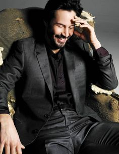 I don't care what anyone says, I love Keanu Reeves. He's been in so many movies I watch over and over again: Speed, Matrix, Johnny Mnemonic, Constantine, Lake House, etc etc