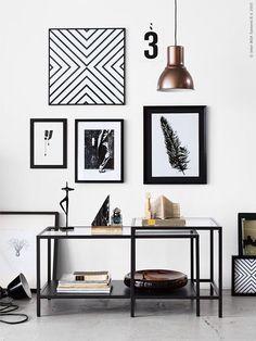 Um jeito moderno de decorar paredes é misturar quadros, posters e fotos mesclando tamanhos, estilos e molduras. Uma dica para uma combinação harmoniosa é ter uma unidade seja nas molduras, nas core…