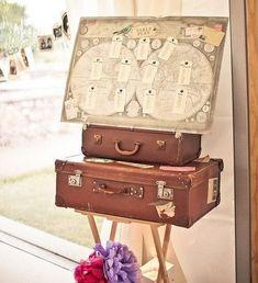 Superbe idée pour un mariage ou une grande fête sur le thème du voyage, du tour du monde etc. A reproduire absolument avec de belles valises vintages ! #valises #déco #vintage