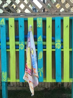 Pallet Pool Storage 20 (Pallet Pool Storage design ideas and photos - pool decor Pool Towel Holders, Towel Rack Pool, Pool Towels, Hanging Towels, Diy Hanging, Diy Spa, Pool Toy Storage, Ux Design, Pallet Pool