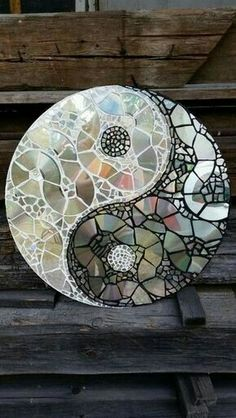 Creative Diy Ways to Reuse Old CDs – Best Craft Projects - Upcycled Crafts Cd Mosaic, Mosaic Crafts, Mosaic Projects, Craft Projects, Project Ideas, Tile Crafts, Mosaic Mirrors, Old Cd Crafts, Upcycled Crafts