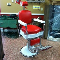 Barber Chair Vintage, Barber Shop Chairs, Mobile Barber, Barber Clippers, Cool Office, Industrial Loft, Home Depot, Medical Cabinets, Man Cave