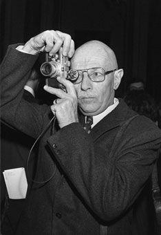 Willy Ronis est né en 1910 à Paris, d'un père juif ukrainien, photographe de quartier et amateur d'opéra, et d'une mère juive lituanienne, professeur de piano. Il se passionne pour la musique et le dessin, mais penche plutôt pour la musique et rêve d'être compositeur.