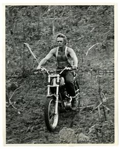 STEVE McQUEEN still riding a high powered motorcycle off road with no shirt! Triumph Motorcycles, Vintage Motorcycles, Steve Mcqueen Motorcycle, Steeve Mcqueen, Steve Mcqueen Style, Enduro, Scrambler, Star Wars, Hollywood