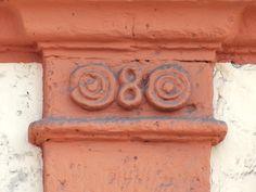 Cacería Tipográfica N° 145: Segunda columna con el número 8 en casona de la calle Santa Marta en Arequipa.