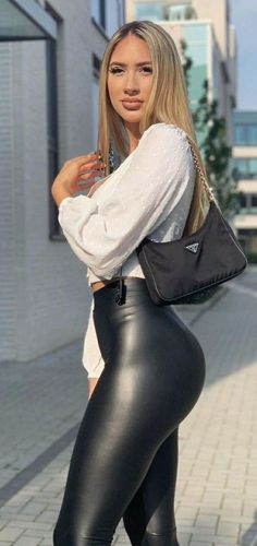 Shiny Leggings, Leggings Are Not Pants, Leather Pants Outfit, Leather Outfits, Beautiful Buttocks, Perfect Blonde, Sexy Latex, Natural Women, Sexy Outfits