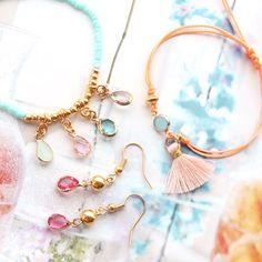 Minimalistische armbandjes met hangers en tussenstukken van crystal glas Diy Jewelry, Jewellery, Diy Schmuck, Hangers, Diy Fashion, Tassel Necklace, Charmed, Purses, Bracelets