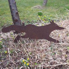 Verdens fredeligste ræv. Den her stjæler ikke æg fra dine høns eller spiser haven fugle. Den er til gengæld meget dekorativ og sjov at have i haven.