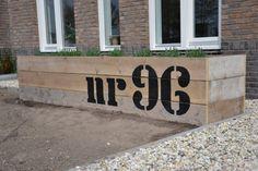 Huisnummer op de plantenbak