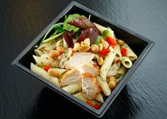 Need a new pasta and chicken recipe to share with family and friends? Try this simple and easy garlic chicken pasta recipes! It takes 30 minutes to make. Garlic Chicken Pasta, Chicken Pasta Salad Recipes, Easy Pasta Salad Recipe, Healthy Pasta Recipes, Chicken Salad, Pasta Penne, Tortellini, Pasta Facil, Mediterranean Diet Recipes