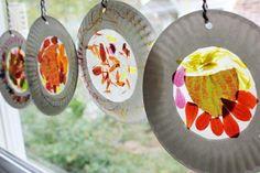 Fensterdeko mit Papptellern und Herbstblättern
