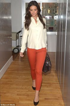 I may copy this look Celeb Style: Katie Holmes I absolutely love Katie's orange jeans, paired with a white silk top and black pumps. Katie Holmes, Orange Jeans, Red Jeans, Camisa Beige, Mode Outfits, Simple Outfits, Casual Outfits, Work Fashion, Her Style