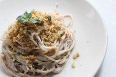 Spaghetti con crema di ricotta alle olive e briciole all'origano ricetta