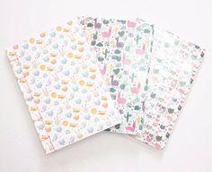 Novos cadernos com capas fofas e costura japonesa. O miolo colorido com pauta. 📒 Já estão na loja:    www.elo7.com.br/bellamiaatelie    #papelaria #costurajaponesa #EncadernaçãoManualArtística #papelariaartesanal #feitoàmão #produtosartesanais #produtosforadesérie #elo7 #bookbinding #handmade #crafts #stationery #notebooks #handbooks
