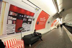 Los usuarios del metro de Paris tendrán una semana muy cómoda gracias a IKEA que esta llevando a cabo una campaña publicitaria utilizando sus muebles para brindar confort a la gente de las estaciones de St. Lazare, Champs Elysées Clémenceau, Concorde y Opéra.