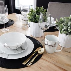 Marble 16-Piece Dinnerware Set By Salt & Pepper Black Dinnerware, Casual Dinnerware, Dinnerware Sets, Dining Table Decor Everyday, Dining Decor, Dining Rooms, Casual Table Settings, Vase Deco, Dinner Sets