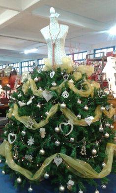 Strani alberi di Natale. .complimenti per la fantasia. .