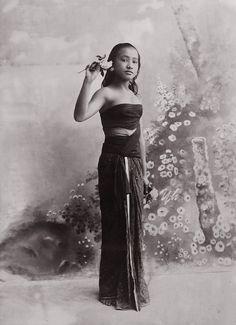 Foto studio seorang gadis di Yogyakarta. 1900