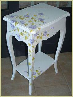 Comodino  o  tavolinetto  in  stile  provenzale