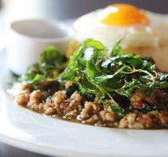 Laab wordt gemaakt met gehakt, vissaus, limoen, chili, munt en gepofte rijst. In het Londense verschijnt Laab op menukaarten van diverse hippe restaurants.
